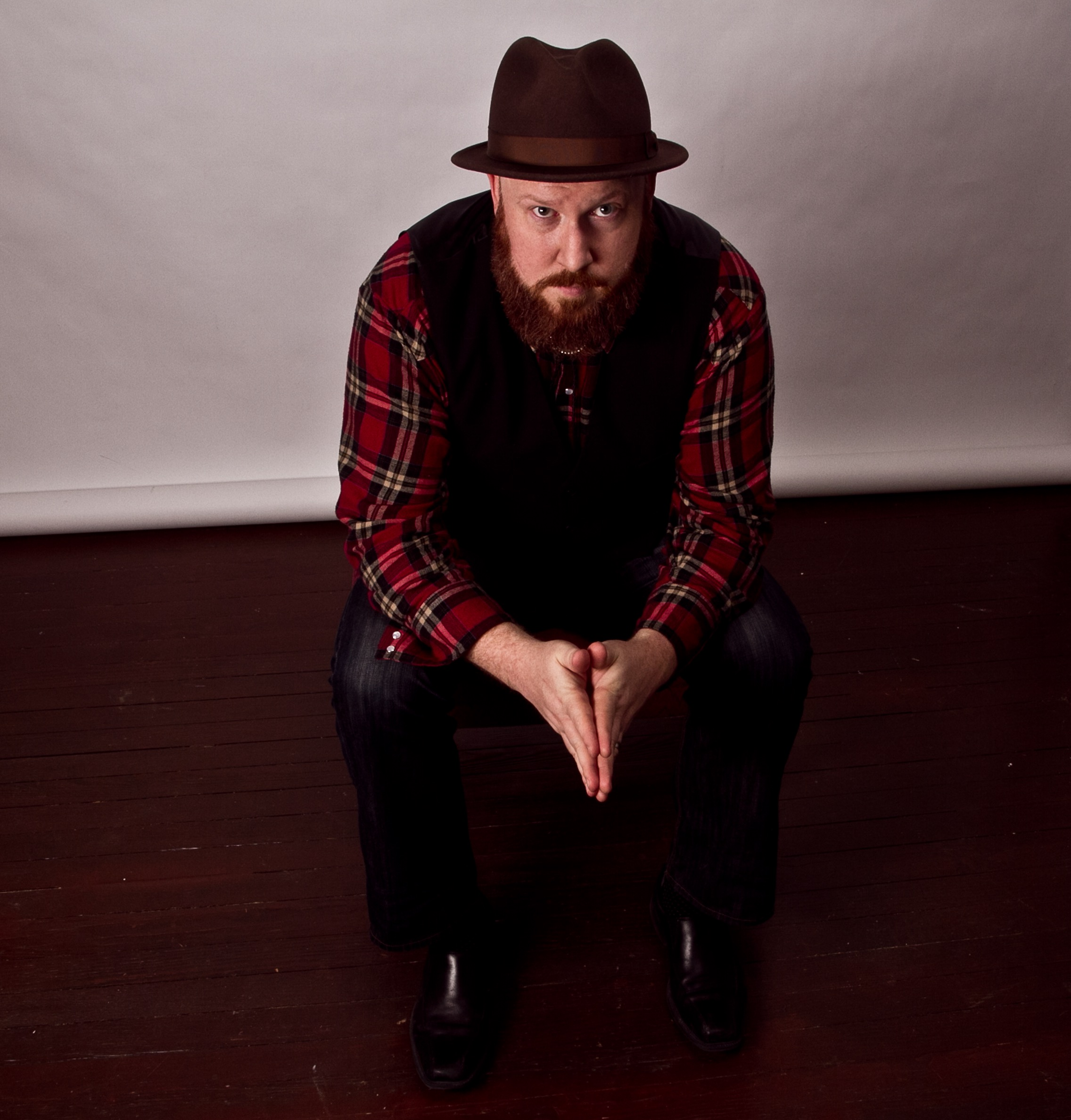 PREMIERE: TOM GRAHAM DEBUTS 'THE BAR BROKE MY HEART,' DISCUSSES NEW ALBUM